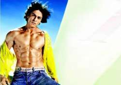 shah rukh shows off his abs at a talkfest