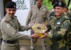 india pak armies exchange sweets on r day
