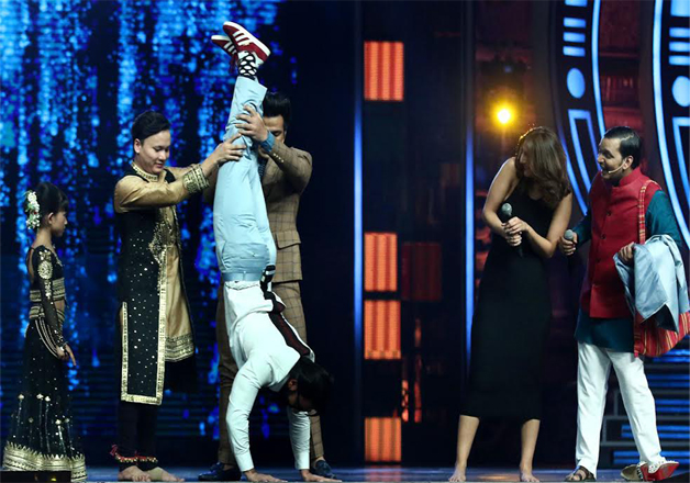 Ranveer never ceases to show his funny and cool antics. Thus, here he did something to match up with one of the dancers of the show and host Ritvik helped him in doing so.