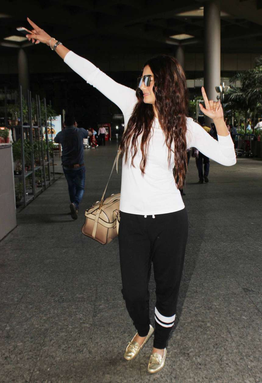Gauhar Khan: Gauhar Khan has the most amazing dressing sense for an airport look. This time she was spotted wearing an off-white top with black joggers. She completed the look with golden loafers.