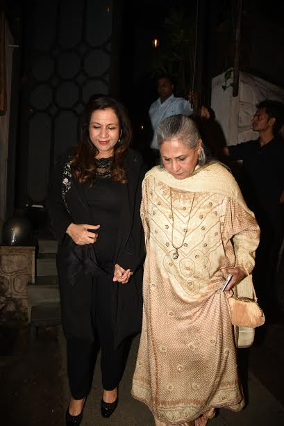 Amitabh Bachchan's wife Jaya Bachchan also graced the party. She can be seen holding Karuna's hands. This is indeed a cute picture.